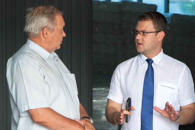 Генеральный директор «Химинвеста» Иван Григорьев рассказал высокому гостю, что предприятие было запущено в 2010 году в Дзержинске по самым современным технологиям – максимум производительности, минимум тяжелого физического труда