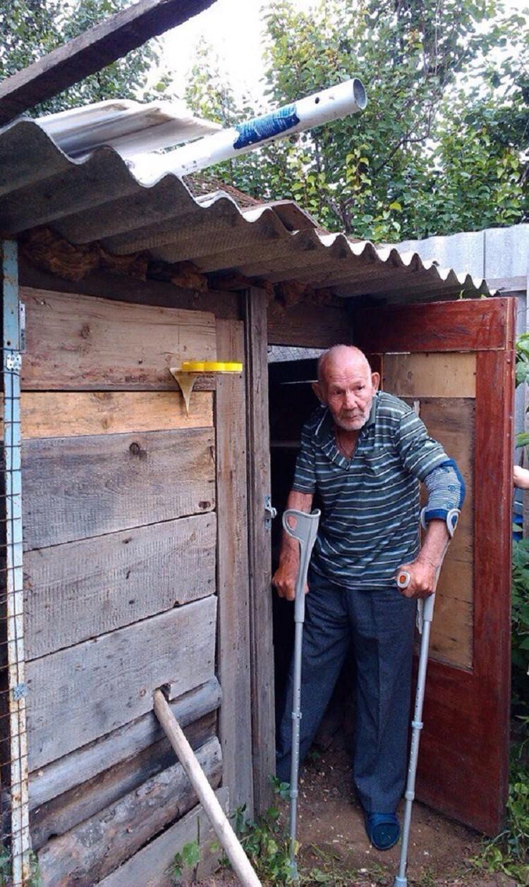 Дедушка у голубятника. Фото предоставили волонтеры.