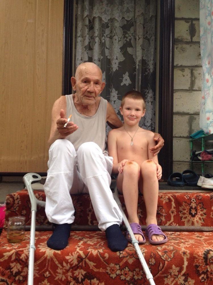 Счастливый дедушка с внуком. Фото предоставили волонтеры.
