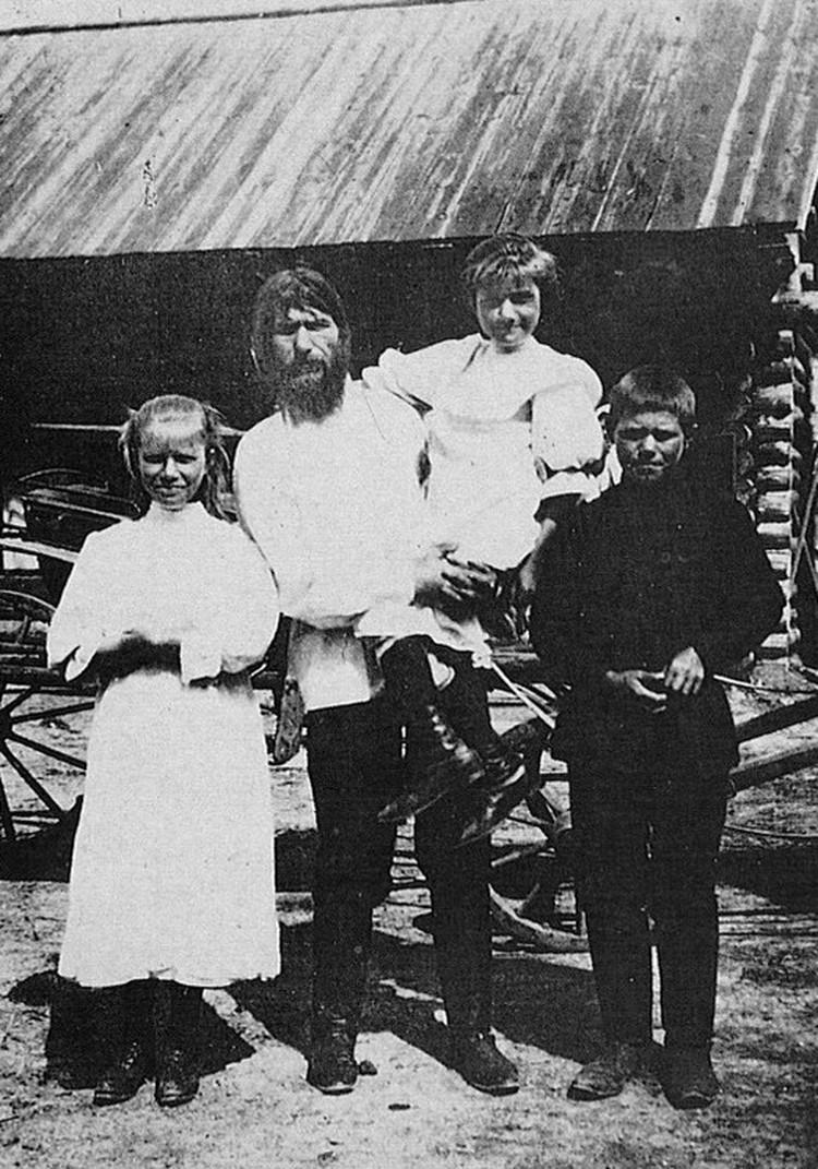 Григорий Распутин со своими детьми. Фото: Государственный архив Свердловской области