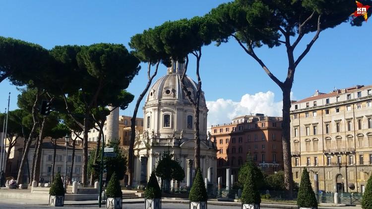 Сейчас модно составлять списки известных мест под называнием «Сюда лучше не ездить», но в Риме стоит увидеть все и прогуляться туристической тропой от Колизея до Испанской лестницы.
