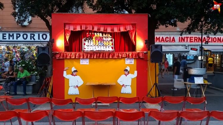 Вечером в небольших итальянских городках представление всегда устраивает кукольный театр.