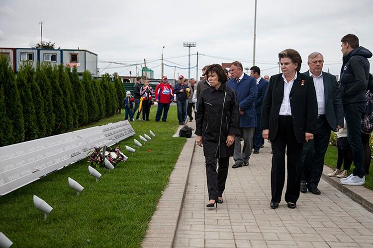 Почтить память разбившейся команды приехали Валентина Терешкова и Ирина Роднина