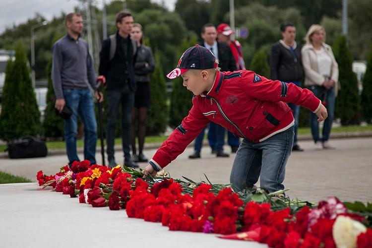Ярославцы идут с цветами к Леонтьевскому кладбищу, памятнику «Хоккейное братство» у «Арены», едут на место трагедии в Туношну.