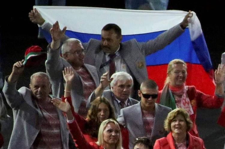 Белорусские паралимпийцы пронесли флаг России на открытии Игр в Рио.
