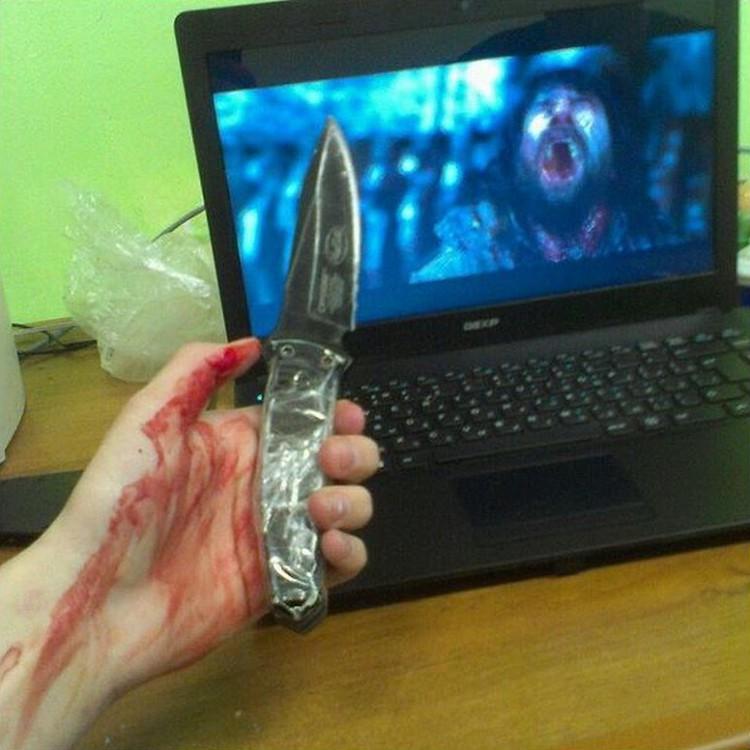 Этот снимок с ножом в руке стал страшным пророчеством…