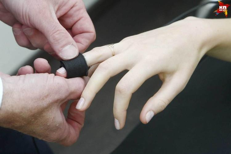 Небольшие пластинки измеряют уровень потливости, пульс, давление