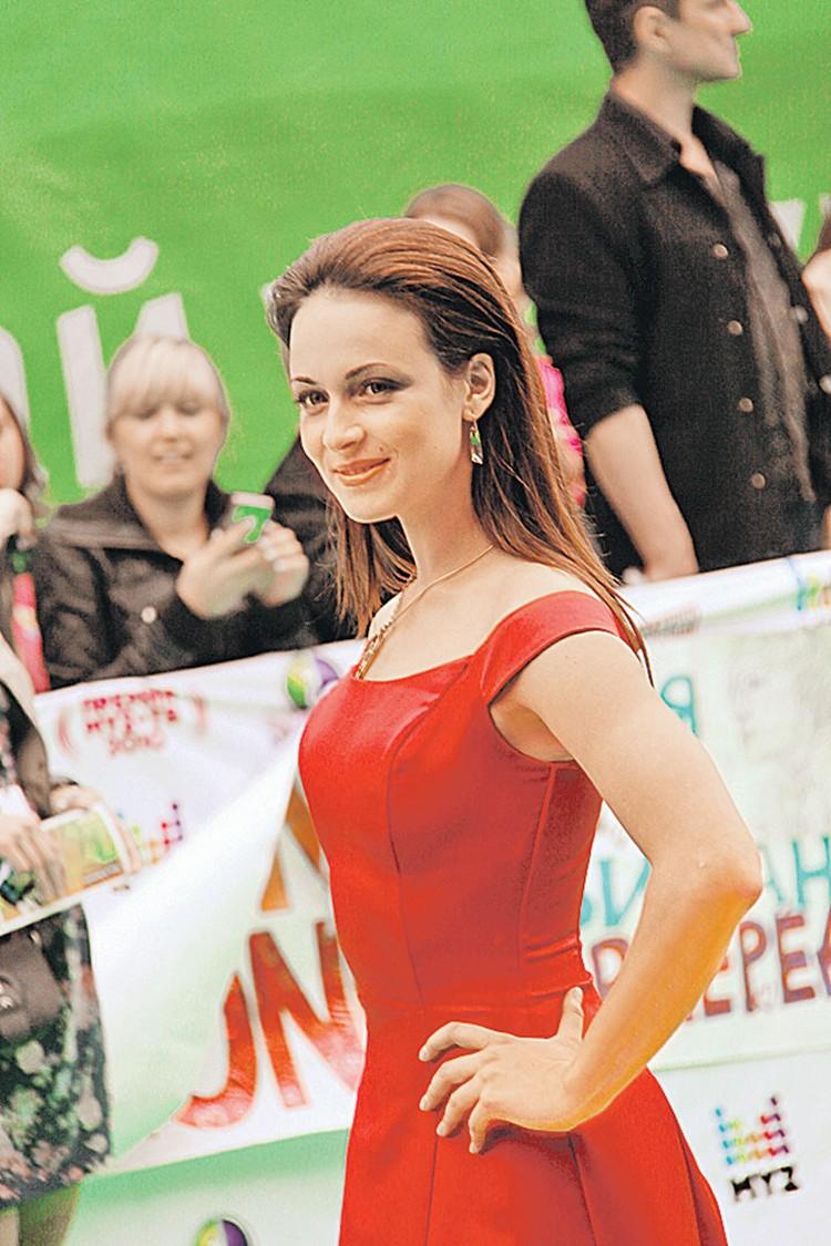 Известная актриса Анна Снаткина, вошедшая в 2011 году в число «100 самых сексуальных женщин страны» по версии журнала MAXIM.