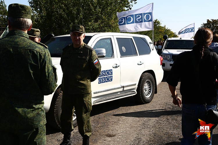 Группа офицеров ДНР, российские военные представители из СЦКК, десяток наблюдателей ОБСЕ и журналисты, ждали сигнала с украинской стороны