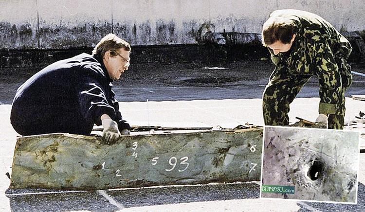 Поднятые из Черного моря фрагменты фюзеляжа Ту-154 четко показали - самолет изрешетило шрапнелью украинской ракеты. Фото: Виктор КЛЮШКИН/ТАСС