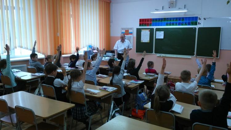 По мнению Алексея Деркачёва, директор - первый учитель в школе. Фото: Олег БЕЛОВ