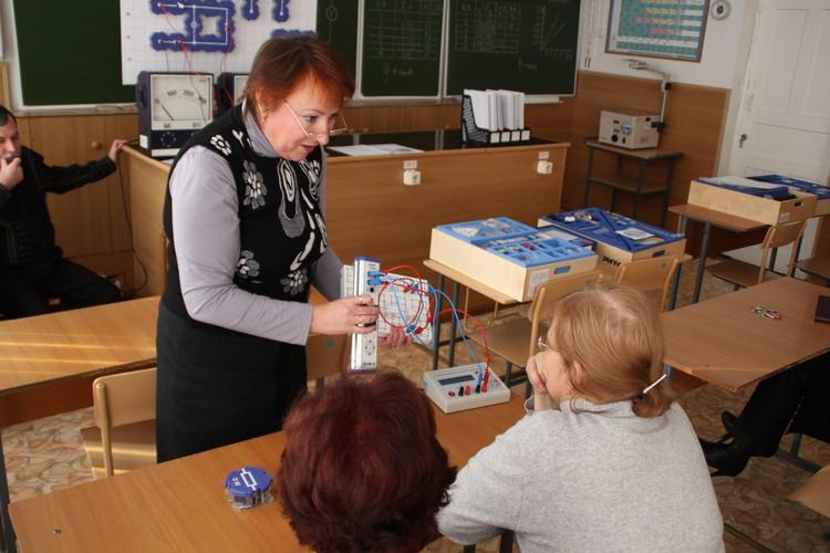 Марина Бородина объясняет физику на понятных детям примерах. Фото: Олег БЕЛОВ