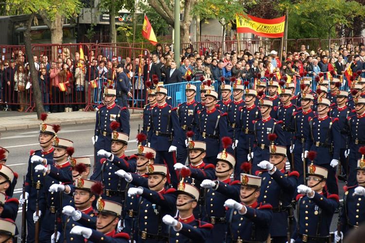 В национальный день страны на улицы выходят как сторонники, так и противника Испанидад