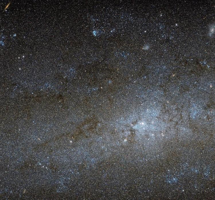 Небо, наблюдаемое в телескоп, уже не кажется совсем темным: становятся видны объекты, котрые были не видны невооруженным глазом.