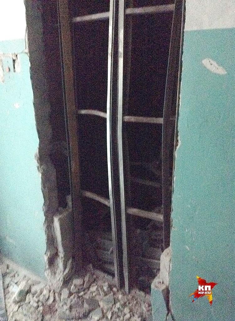 Шахта лифта после мощного взрыва, унесшего жизни Арсения Павлова и его охранника. Фото: Вадим НИКОЛАЕВ