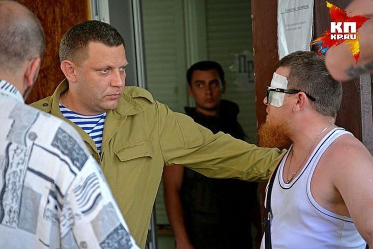 На Моторолу неоднократно совершали покушения. На этом снимке он после очередного нападения с Александром Захарченко. Фото: Юрий СОБОЛЕВ