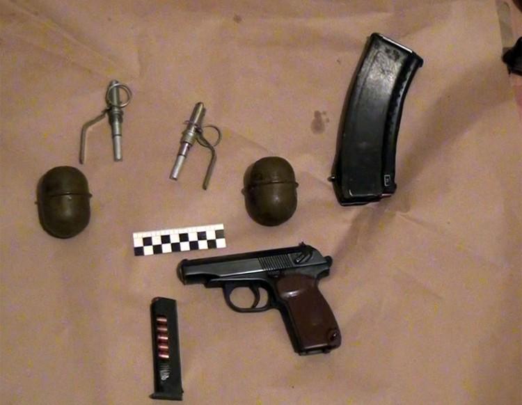 У мигрантов изъяты четыре самодельных бомбы, начиненных поражающими элементами, средства инициирования, огнестрельное автоматическое оружие, боеприпасы, а также средства связи