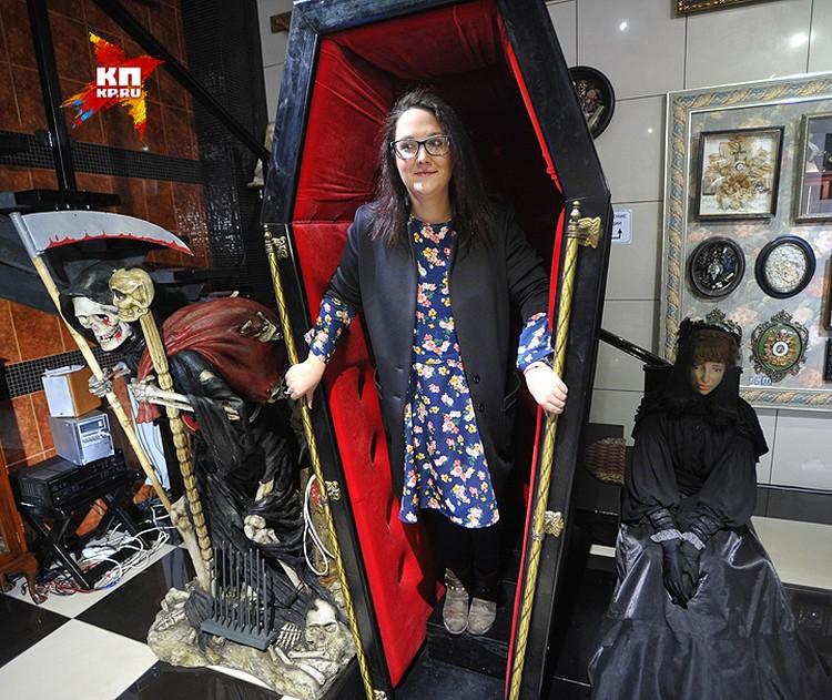 Маргарита среди экспонатов её музея.