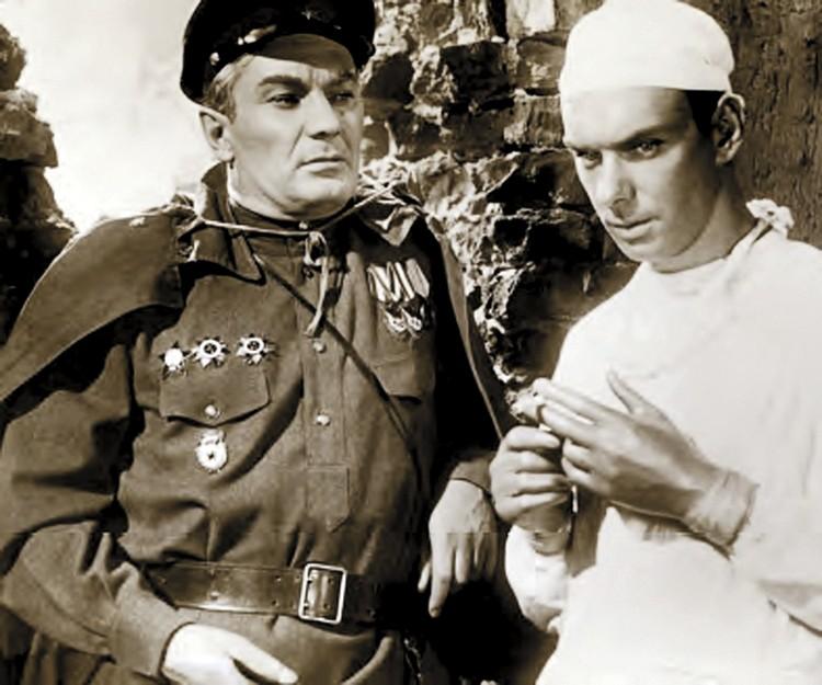 В фильме «Дорогой мой человек» актер сыграл врача. Фото: из книги