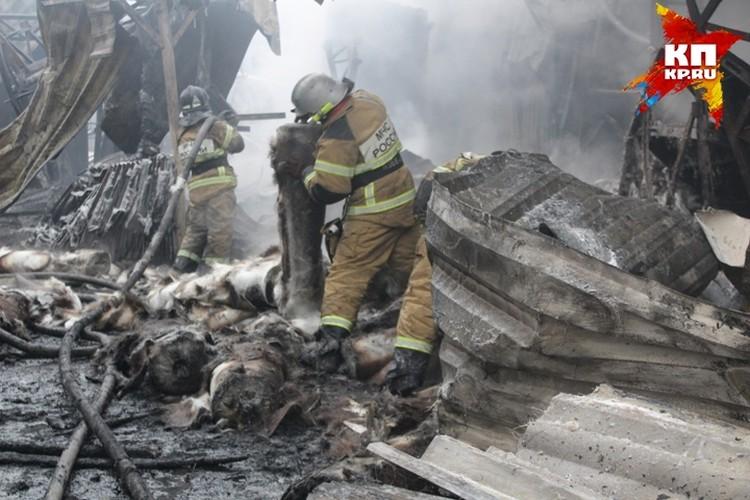 Огонь потушен. Спасатели ищут тела погибших.