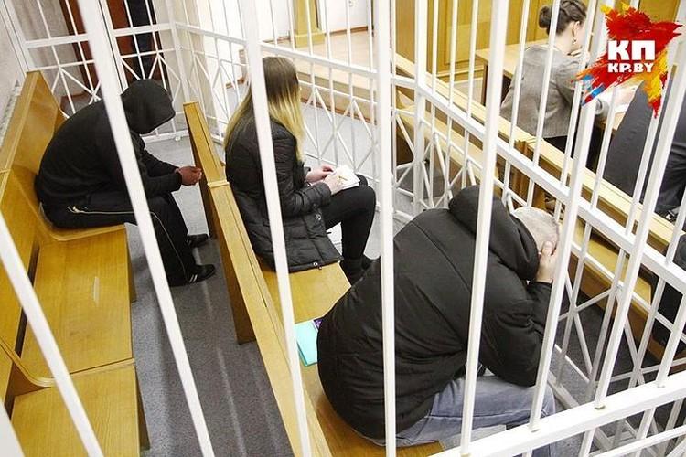 Обвиняемым мужчинам грозит расстрел, а девушке – до 15 лет лишения свободы.