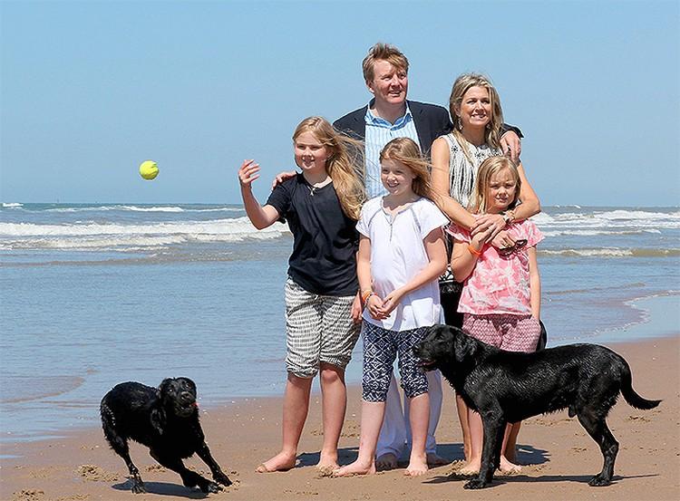 Король Нидерландов Виллем-Александр и его семья в полном составе.
