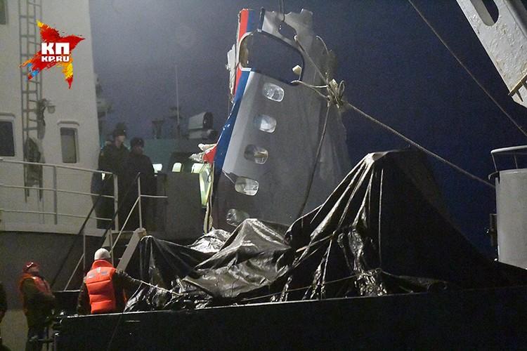 Водолазы достали со дна Черного моря обломок фюзеляжа лайнера.