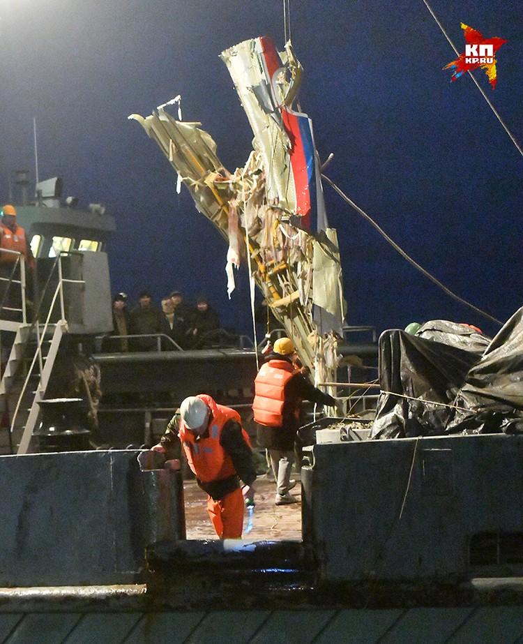 Спасатели вытащили из воды часть фюзеляжа упавшего самолета Минобороны Ту-154.
