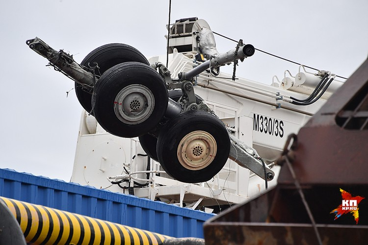 Спасатели поднимают со дна обломки самолета