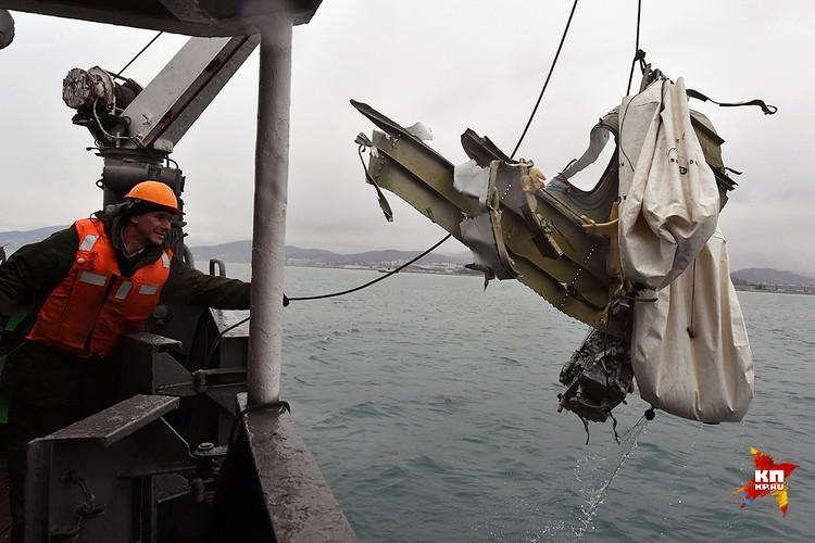 Крупные фрагменты лайнера поднимаются на борт при помощи кранов.