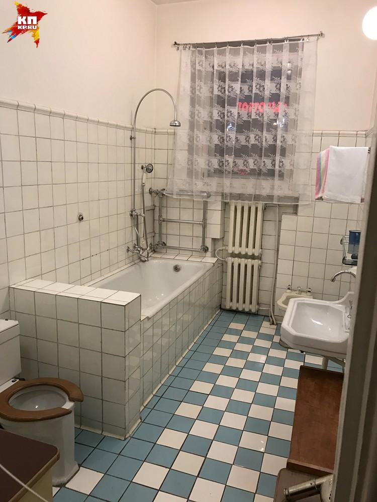 В доме страшный дефицит тех лет - в ванной даже есть биде!