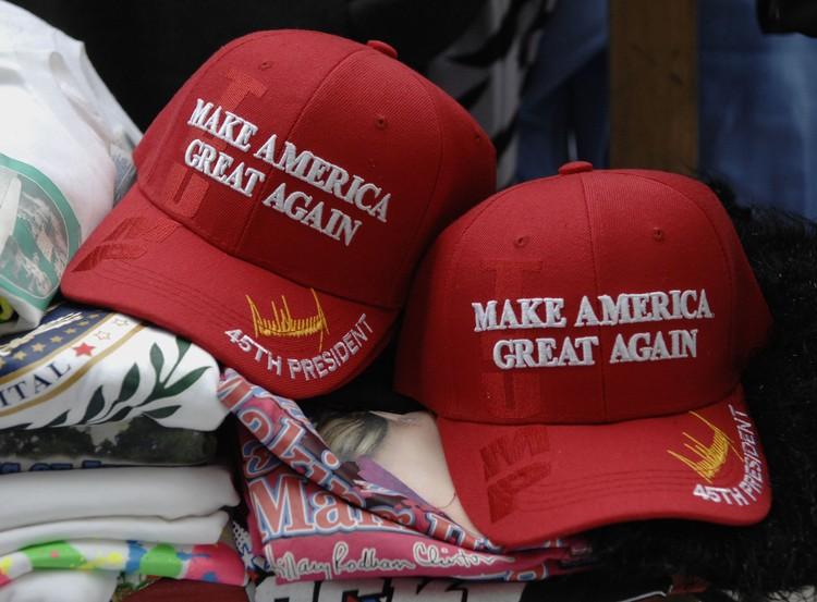 Над красными кепками со слоганом «Сделаем Америку великой снова» противники Трампа посмеивались, но они оказались не только хорошим рекламным шагом, а еще и доход принесли