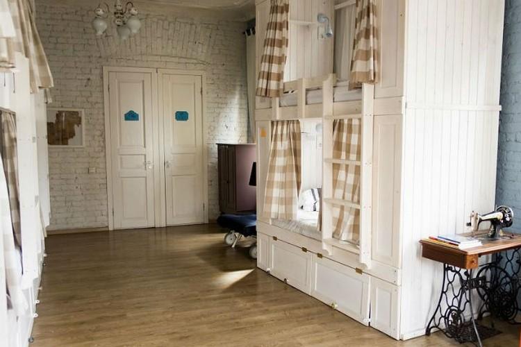 Сделанные на заказ кровати с шторками и лампами Фото: Официальная страница хостела