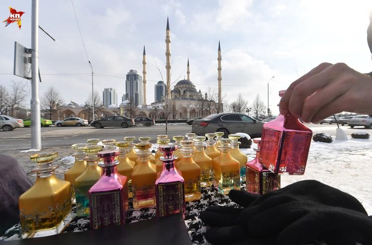 Вместе с сувенирами в центре Грозного продают и духи