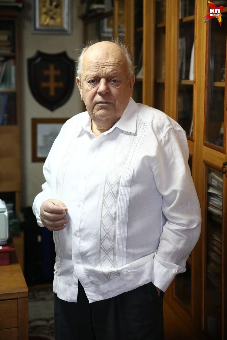 Станислав Станиславович постоянно уходит от разговоров о личном: «Давай я тебе лучше про Беловежское соглашение расскажу!»