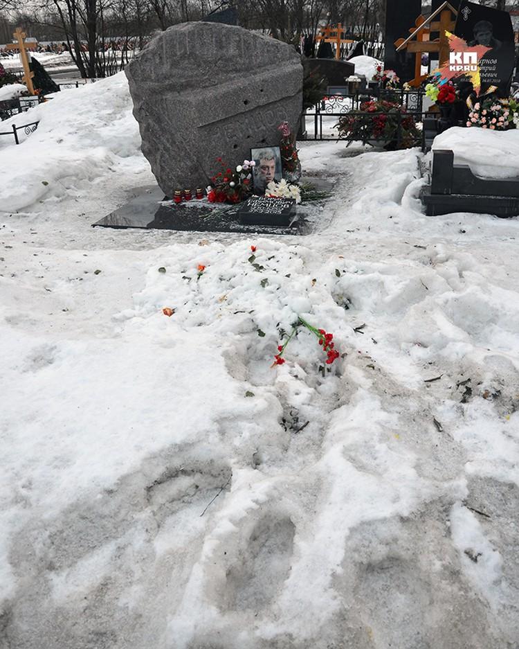 Так сейчас выглядит могила политика Бориса Немцова на Троекуровском кладбище
