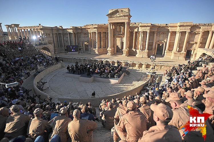Исторический концерт в стенах амфитеатра освобожденной Пальмиры весной 2016 года.