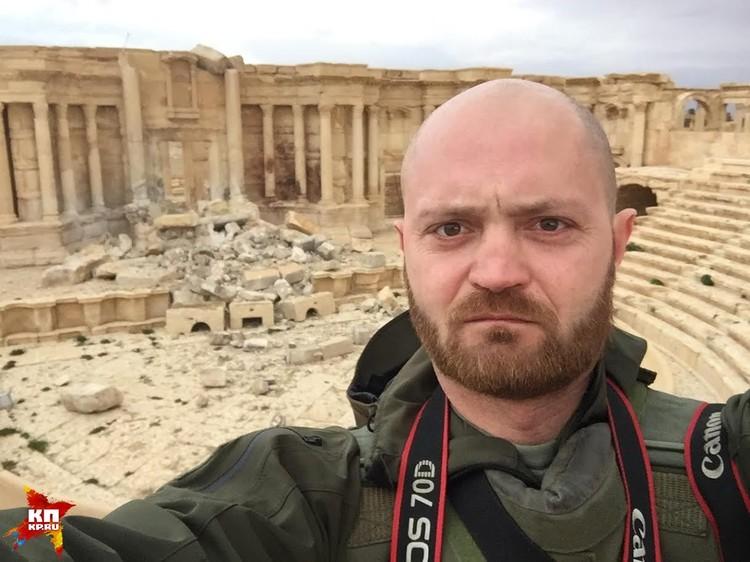 """Военкор """"Комсомольской правды"""" Александр Коц на фоне взорванного амфитеатра Пальмиры."""