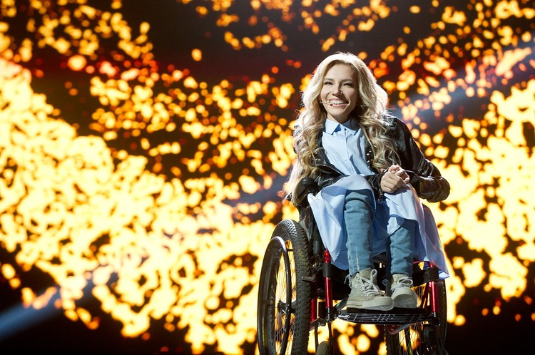 Юлия с детства передвигается на инвалидной коляске и имеет 1-ю группу инвалидности. Фото - Максим Ли / Первый канал