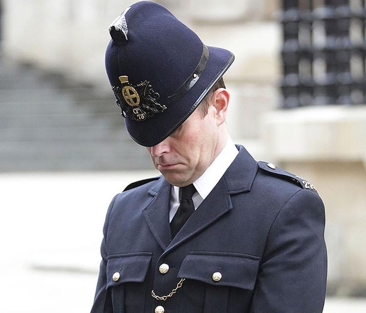 Лондонский страж правопорядка склонил голову во время похорон Маргарет Тэтчер. Апрель 2013 года.