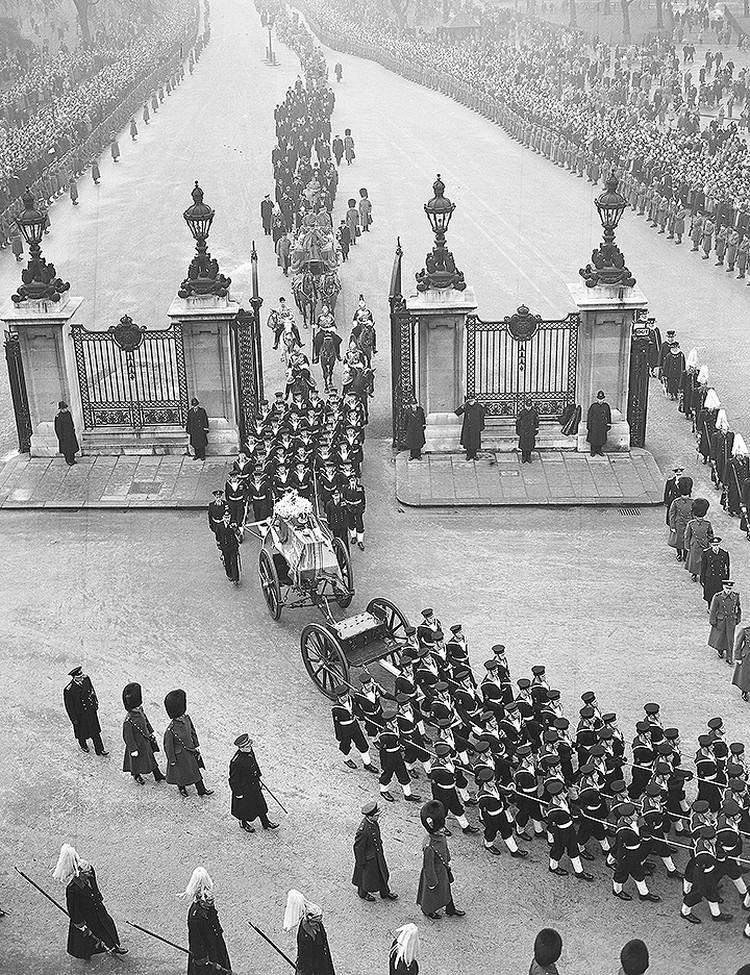 1952 год, похороны Георга VI, отца нынешней королевы Великобритании. Гроб с телом монарха установлен на орудийный лафет.