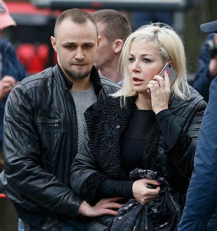 Сегодня очень важно, чтобы Максакова на фоне гроба мужа, на фоне кладбища, вся в черном, в естественной скорби, чтобы она продолжала говорить гадости в адрес своей бывшей Родины