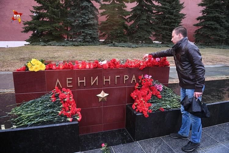 Москвичи несут цветы к стеле «Ленинград» в память жертв теракта в метро Петербурга