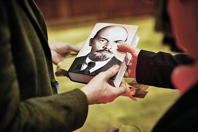 Вот так выглядит обложка монографии Виктора Себестьена о Ленине: только фотография и ни одной надписи. Но облик вождя до сих пор узнаваем, и книга пользуется спросом. Фото: twitter.com/viktorseby