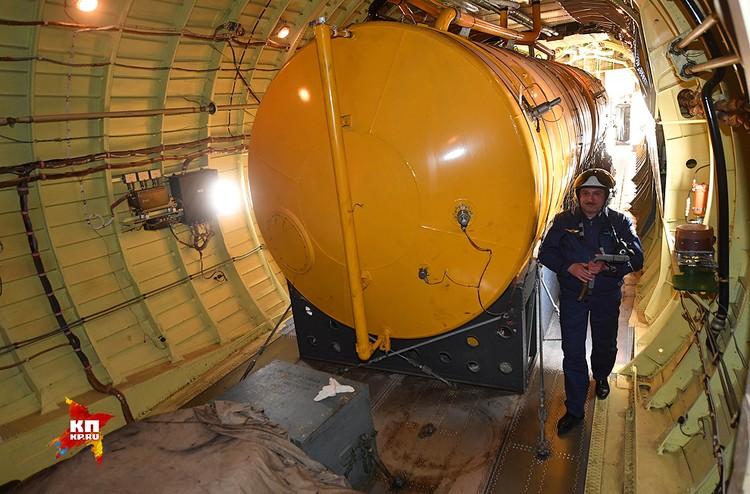 Гиганский бак на борту Ил-78. Топливо из него он и раздает в воздухе.