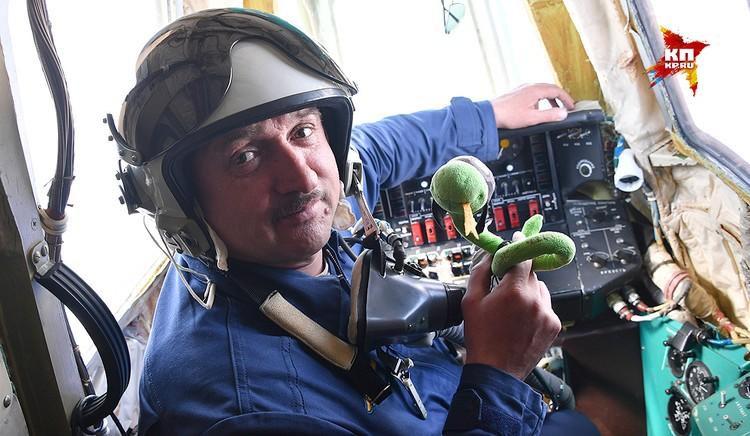 """Андрей Безбородов со своим талисманом-змеей. На змее надпись: """"Рожденный ползать - летать не может!"""". Но талисман всегда с ним в полете!"""