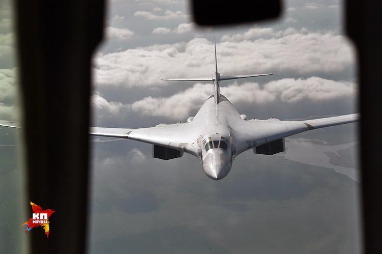 Полное название Ту-160 - сверхзвуковой стратегический бомбардировщик-ракетоносец с крылом изменяемой стреловидности.