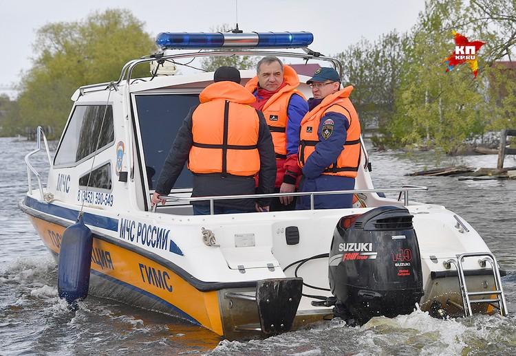 Глава МЧС России Владимир Пучков на борту катера спасателей.
