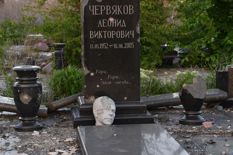 Ощущение, что люди здесь умерли дважды. Их памятники посечены осколками. А некоторые бюсты без голов. Они валяются рядом, сражённые осколками. Посещение кладбища пока закрыто. Как написано в объявлении, в связи с тем, что на его территории обнаружены мины