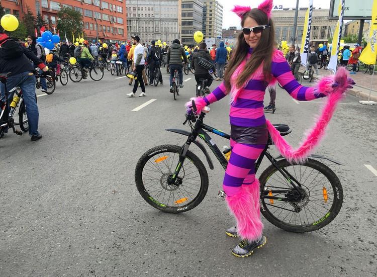 Жительница Москвы Яна приехала на парад в костюме Чеширского кота.